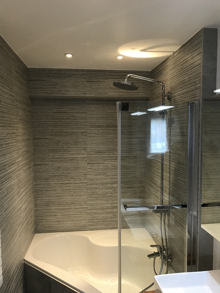 salle de bains avec baignoire d 39 angle bondues lille de souza barbosa habitat. Black Bedroom Furniture Sets. Home Design Ideas