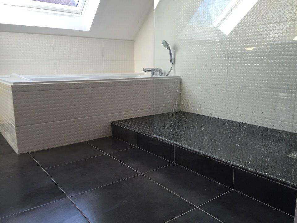 Salle de bains avec baignoire et douche italienne à Wasquehal (Lille ...