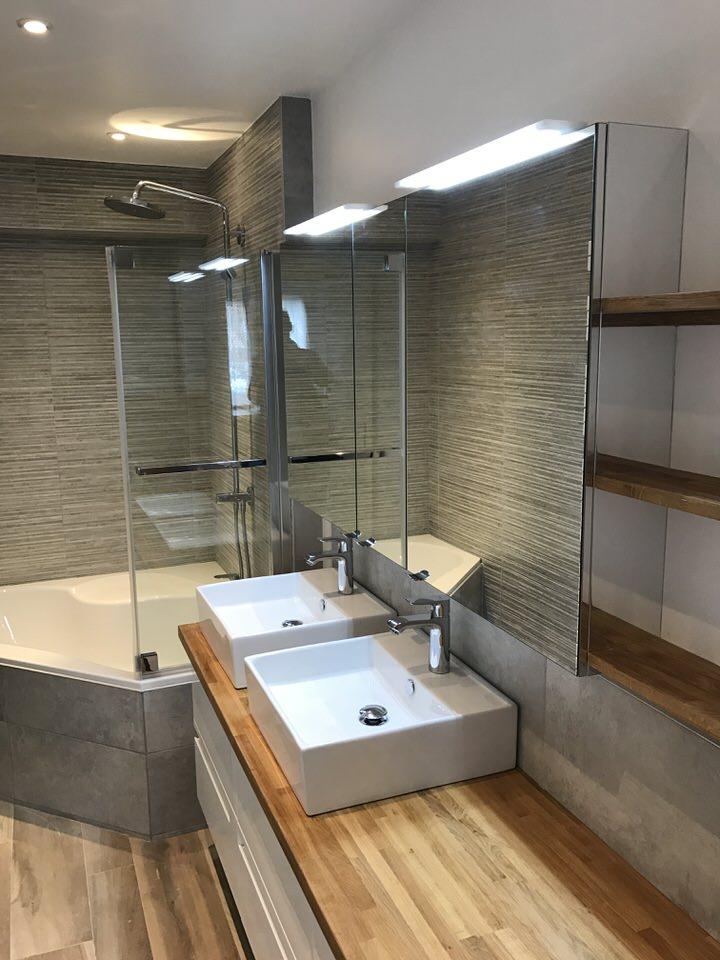 Salle de bains avec colonne de douche à Bondues (Lille)