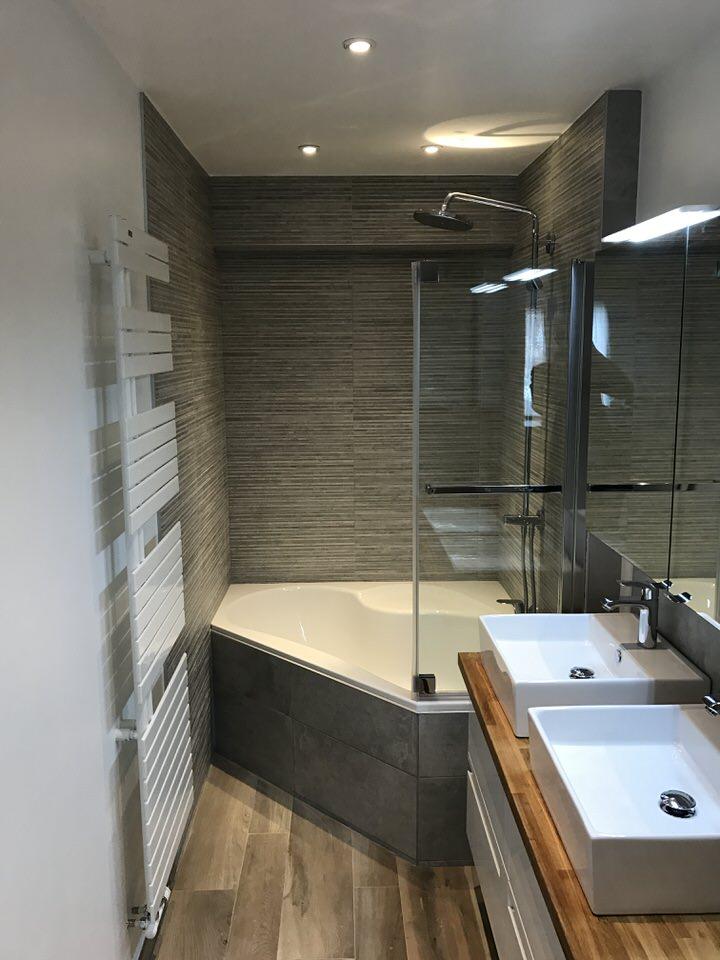 Salle de bains avec meuble vasque bondues lille de souza barbosa habitat - Meuble bar habitat ...