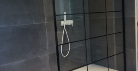 Une verrière d'atelier dans la salle de bains ! - Salle de bains à Lys-Lez-Lannoy (59)