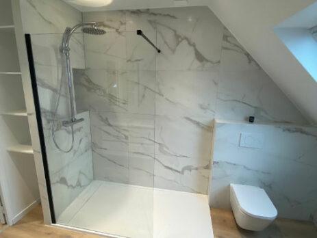 Salle de bains BONDUES avec douche à l'italienne et WC suspendu